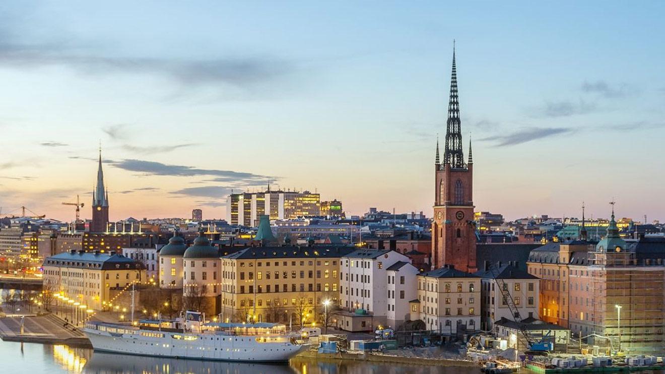 Översiktsbild över Stockholms skyline med Riddarholmskyrkan.